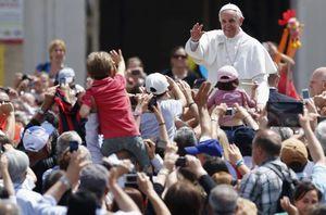 Pope Francis waving1